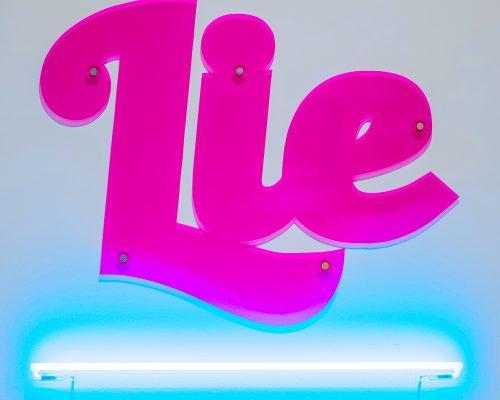 LIE 4. Metacrilato 90 x 90 x 0,5 cm y luz de neón 90 cm/Methacrlylate 90 x 90 x 0,5 cm and neon light 90 cm